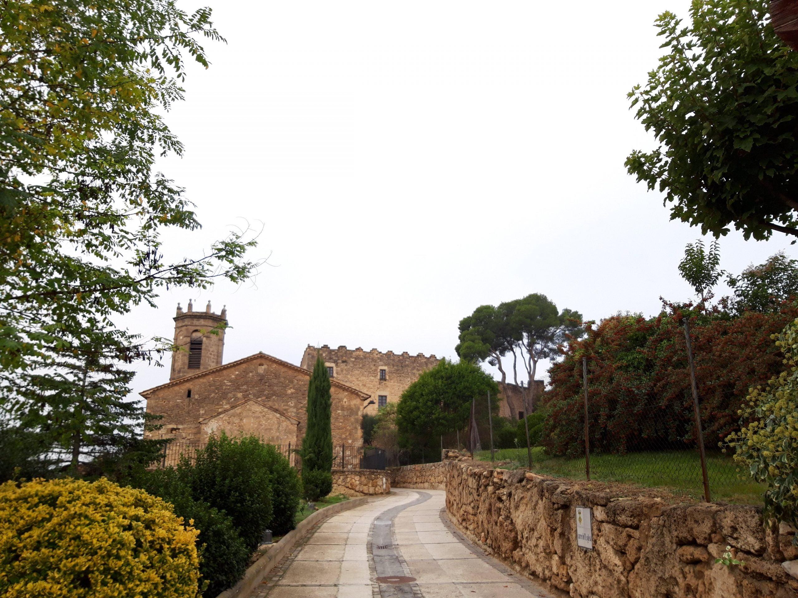 Tour Claramunt, à Anoia, une municipalité sous un imposant château médiéval, des sites préhistoriques et des cabanes en pierre