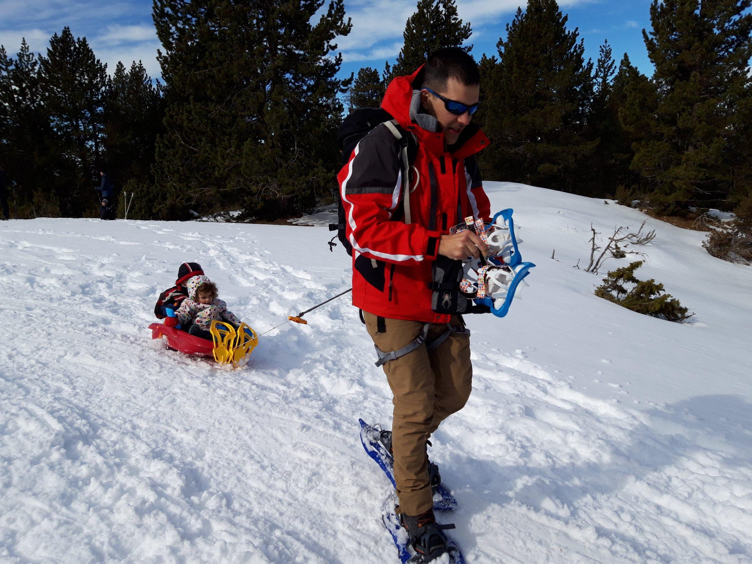Un trineo + un arnés + un superpapa o mama = una ruta de raquetas de nieve con peques