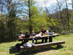 Zona de picnic al lado del río a mitad de camino del Carrilet