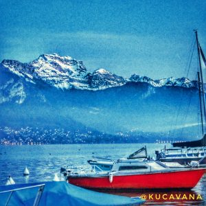 Annecy en Francia, vistas a las montañas des de el Lago de Annecy