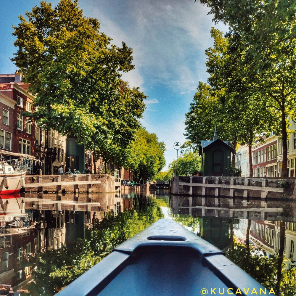Gouda Holanda a través de sus canales en canoa