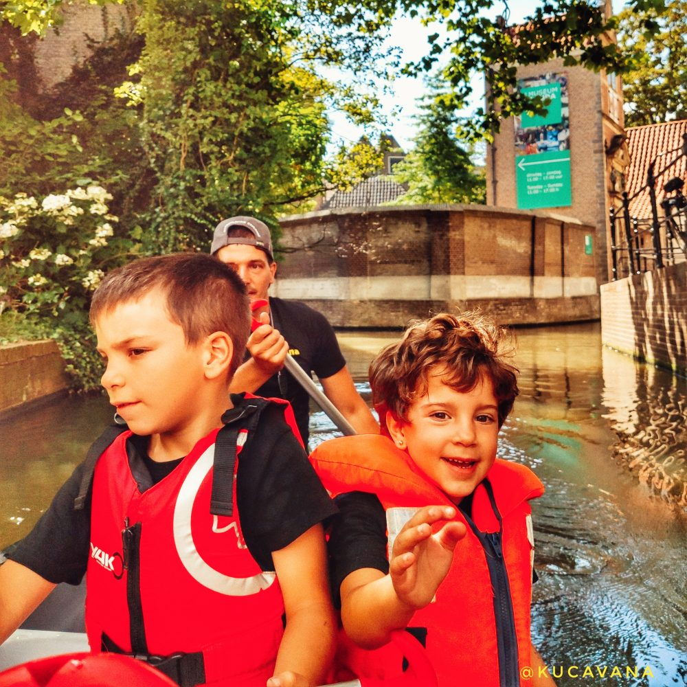 Gouda Holanda con niños a través de sus canales en canoa