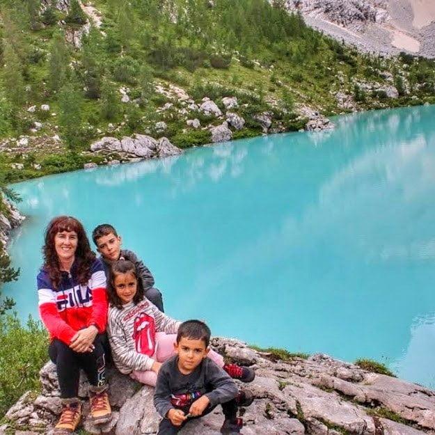 Lago Sorapis en la ruta de Dolomitas con autocaravana con niños