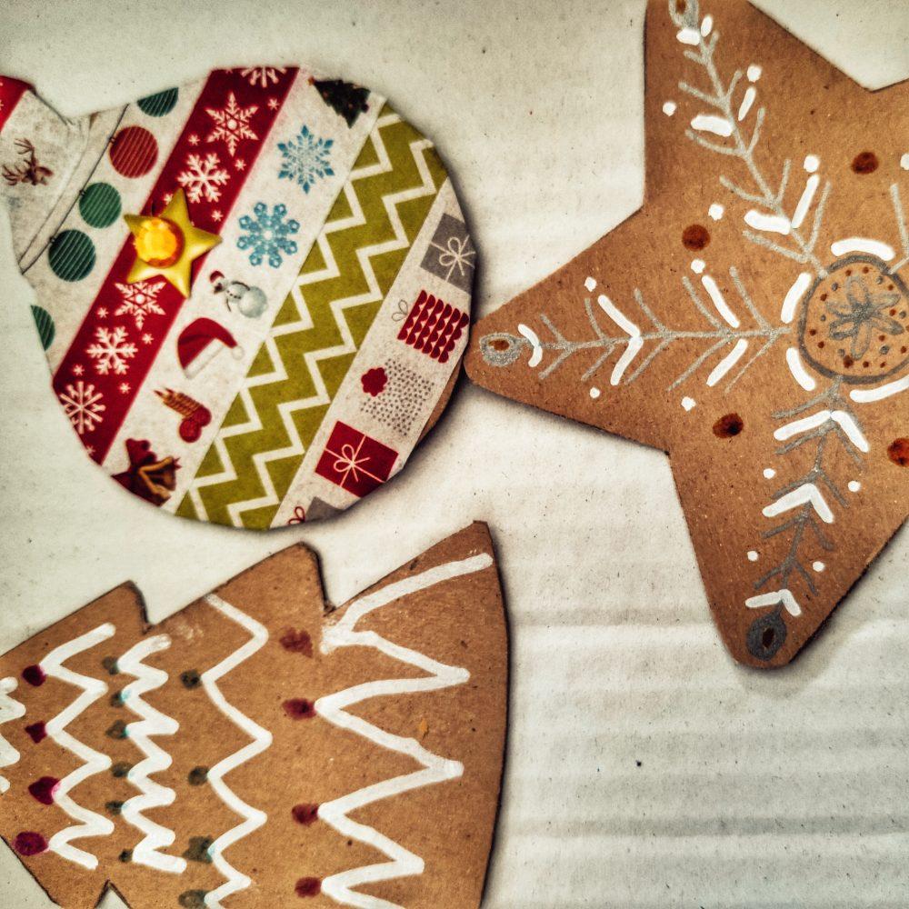 Decoración navideña de cartón como manualidad de Navidad para niños facil