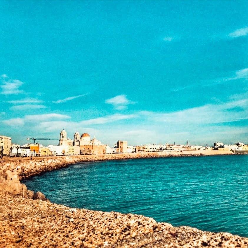Cádiz en autocaravana o furgo. Paseo que recuerda al malecón de La Habana desde el que se puede observar la bóveda de la catedral