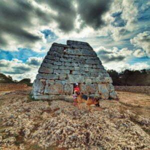 Leggi di più sull'articolo La Naveta des Tudons in camper, il più grande edificio funerario talaiotico dell'isola di Minorca