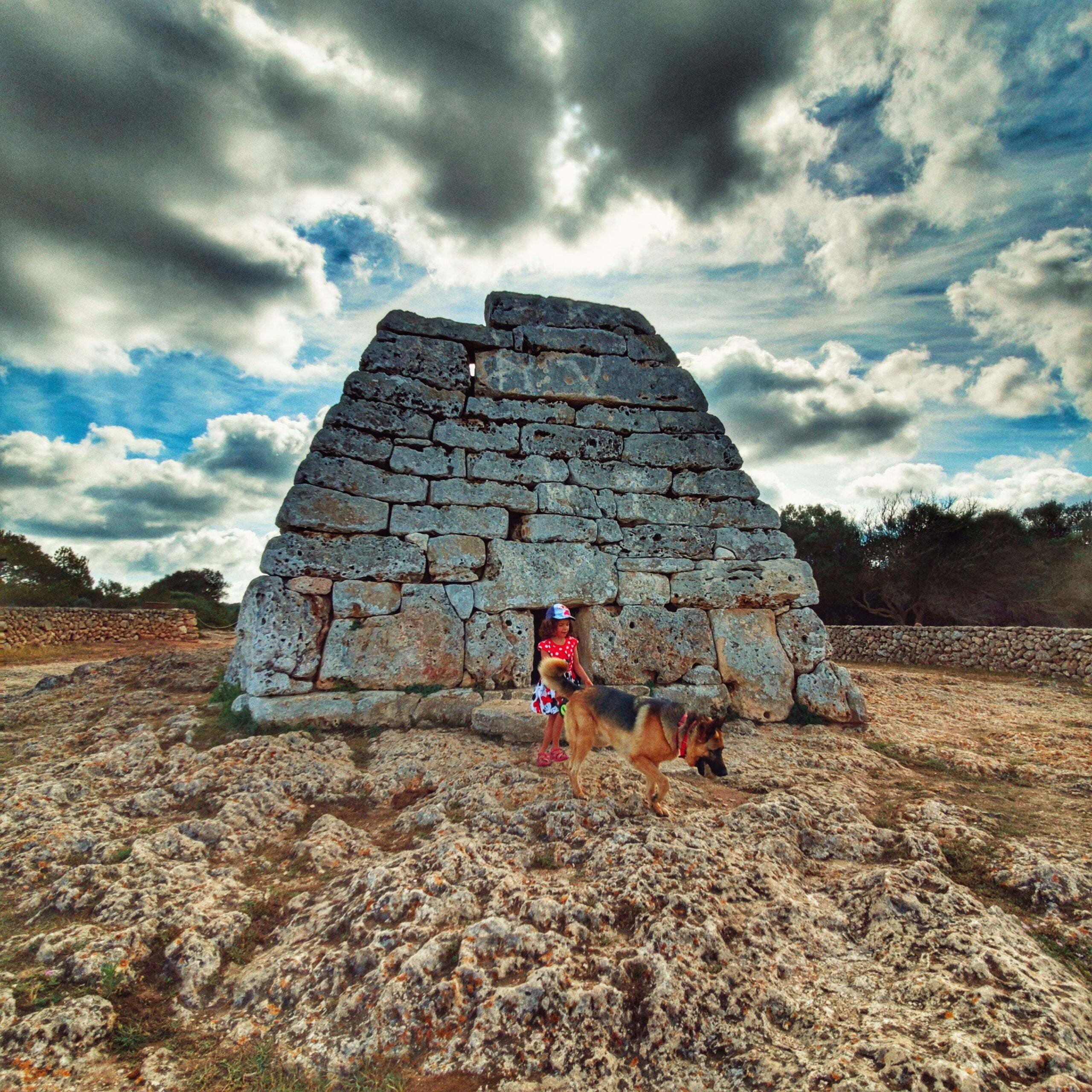 La Naveta des Tudons en autocaravana, el edificio funerario talayótico más grande de la isla de Menorca