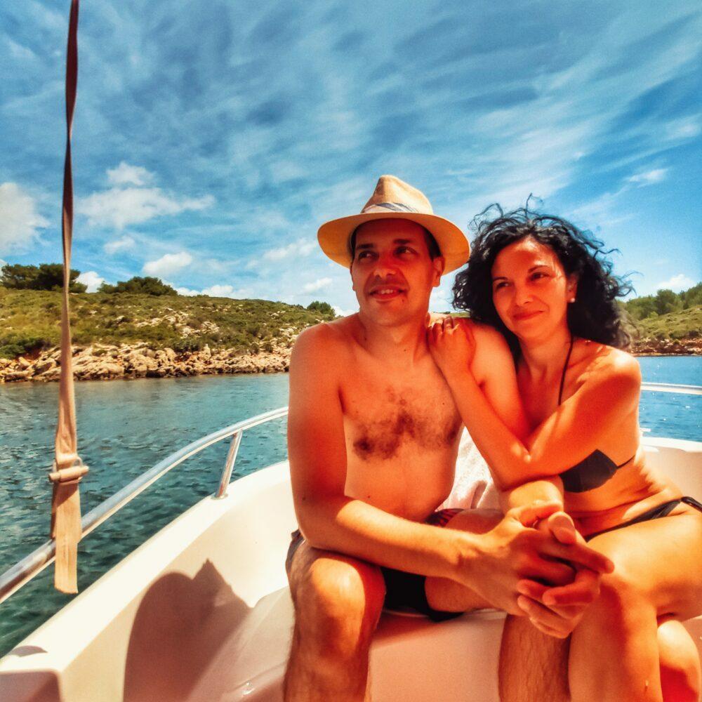 Fornells en barco de alquiler