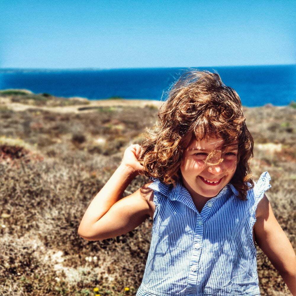 Anna con las vistas impresionantes de la fortaleza de Isabel II en Menorca