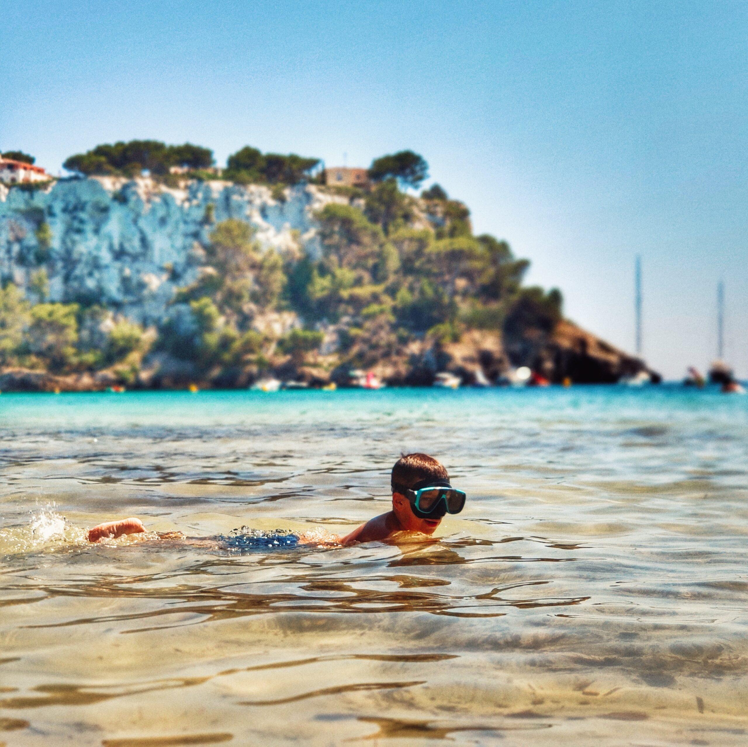 Lee más sobre el artículo Cala Galdana en autocaravana, la cala más familiar de Menorca ¡el lugar top 1 que atrapó a nuestros hijos!