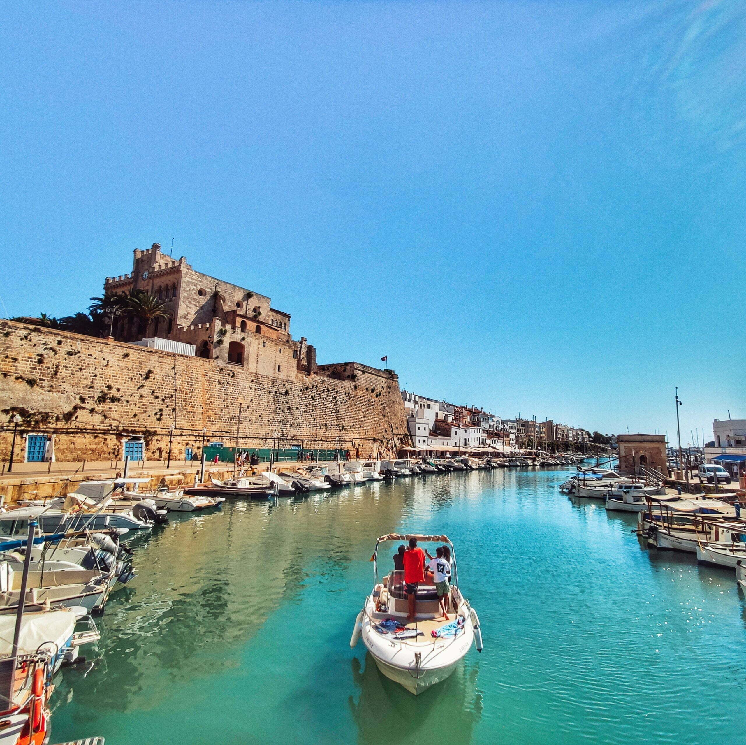 Lee más sobre el artículo Ciutadella de Menorca en autocaravana, ¡un pueblo de corsarios y piratas que te enamorará!