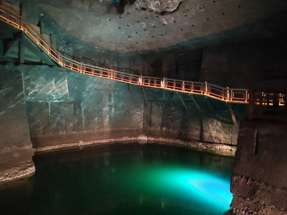 Lago de sal en la mina de sal en Polonia de Wieliczka