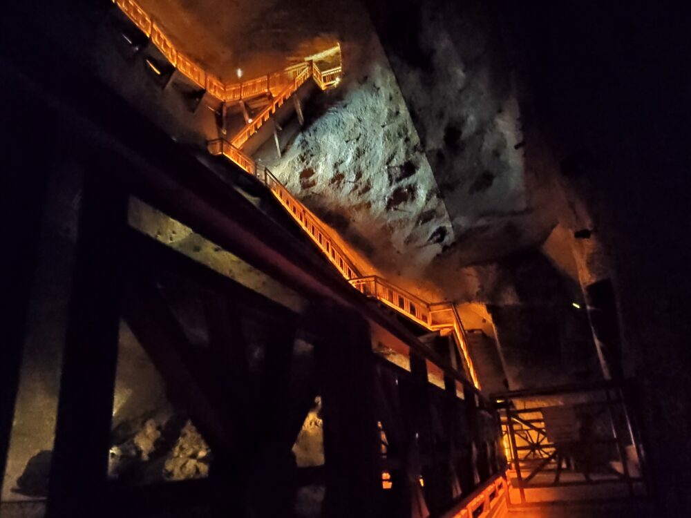 Escaleras de la mina de sal en Polonia de Wieliczka