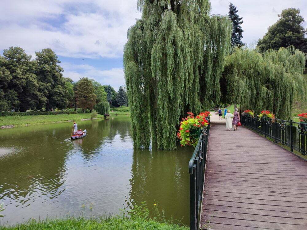 La góndola en los canales del parque de Zamosc