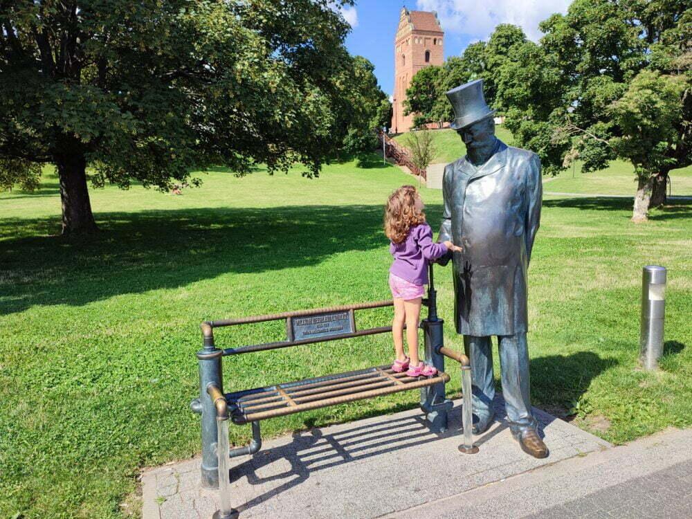 Escultura al inventor varsoviano en las Fuentes multimedia Varsovia
