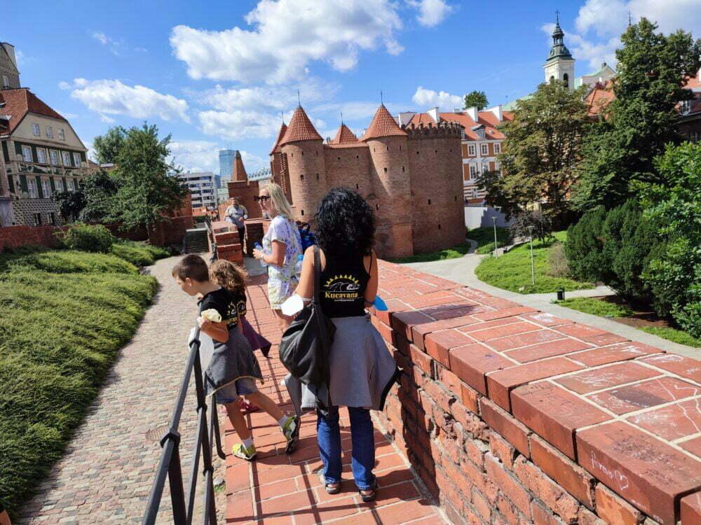 Paseando por encima de las murallas de Varsovia con vistas a la Barbacana de Varsovia