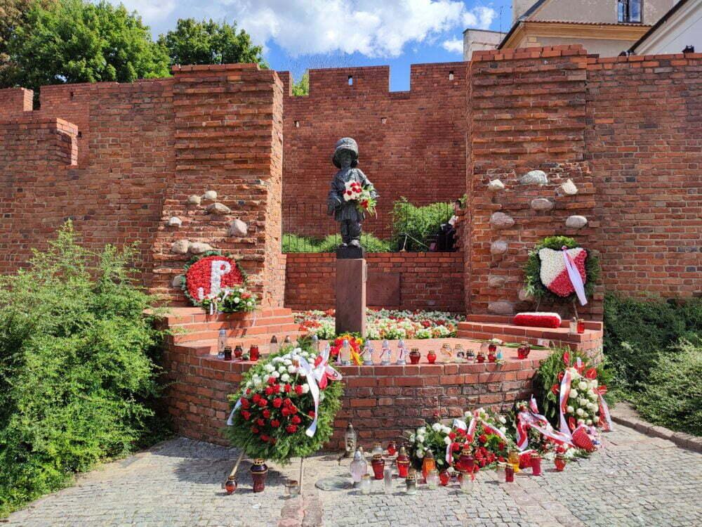 Monumento al niño que creció en la guerra de Varsovia