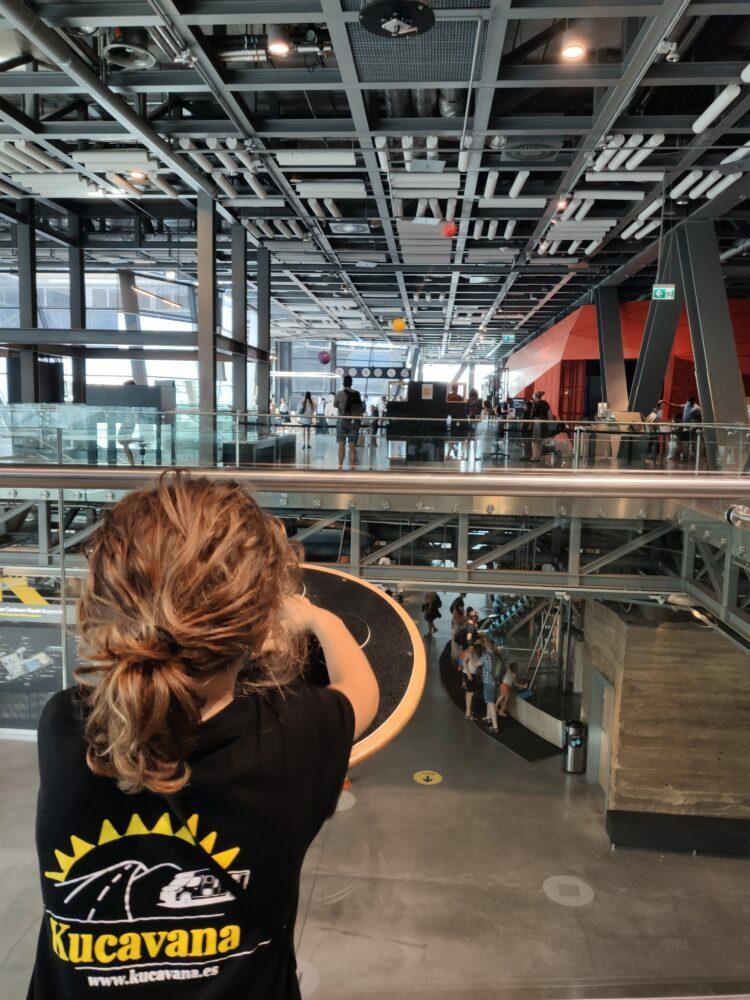 Experimentando en el Centro Copérnico de ciencia y tecnología en Varsovia