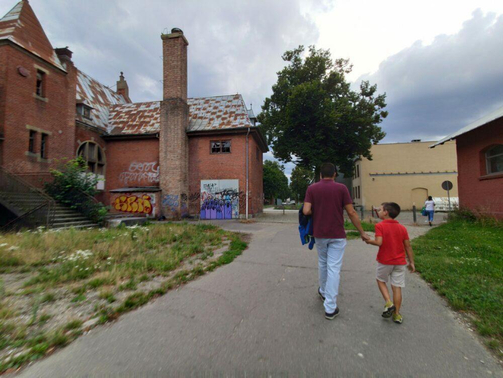 Vieux quartier industriel de Gdanks maintenant avec des restaurants modernes et des galeries d'art