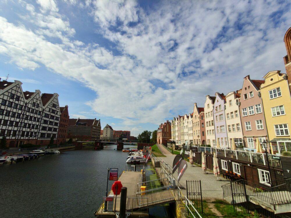 Gdansk, en arrière-plan sur la colline des bâtiments démolis de la Seconde Guerre mondiale