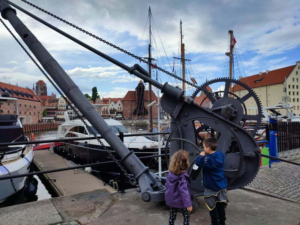 Vieilles grues maritimes à Gdansk