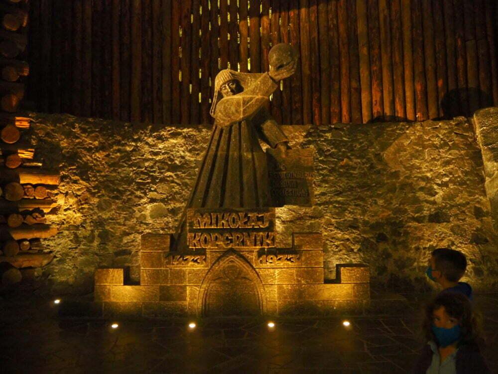Escultura de Copérnico en la mina de sal en Polonia de Wieliczka