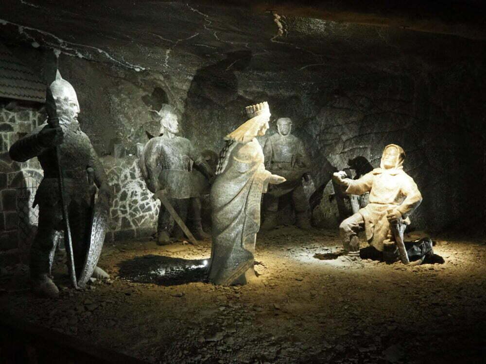 Esculturas de sal de los mineros de la mina de sal en Polonia de Wieliczka