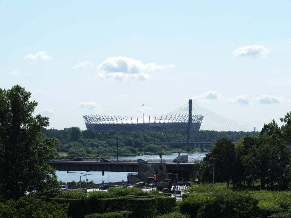 Estadio de futbol detrás del río Vístula