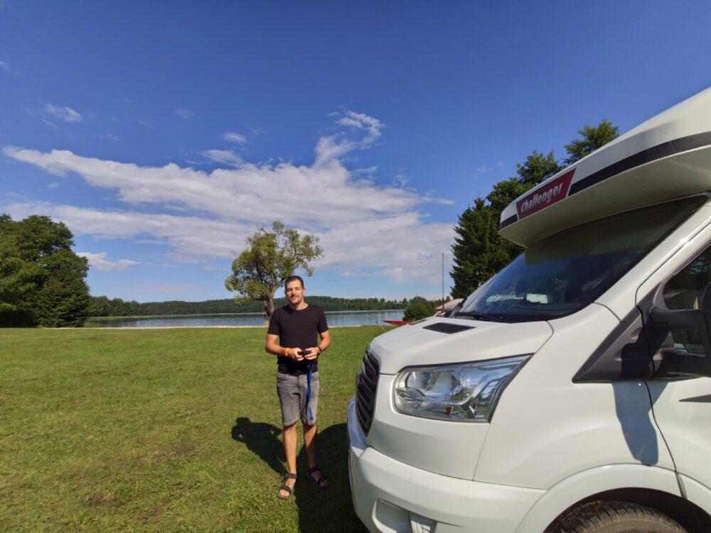 Area campeggio in riva al lago del Camping Tumiany
