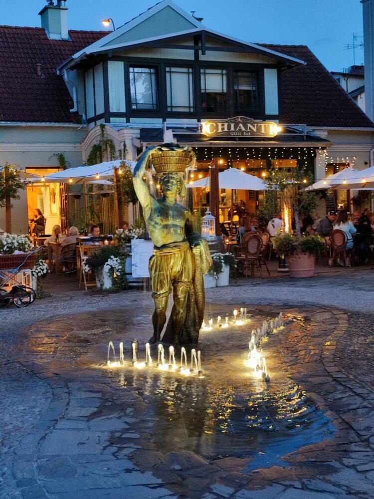 Sopot plaza con escultura y música en vivo